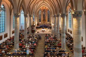 Blick in die voll besetzte St. Agatha-Kirche (Foto: Martin Wenker)